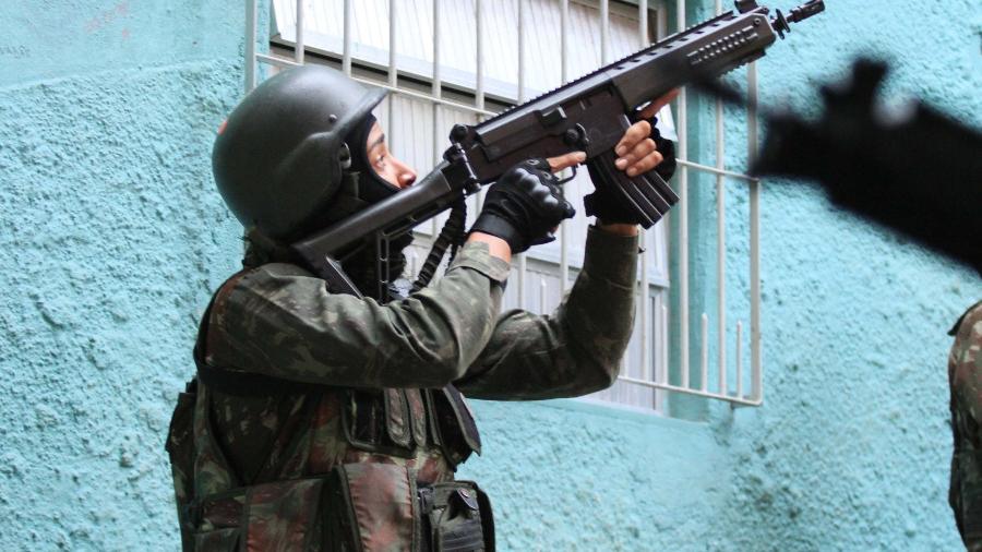 9.jun.2018 - Policiais fazem varredura na Rocinha, zona sul do Rio de Janeiro, durante intervenção federal - José Lucena/Futura Press/Estadão Conteúdo