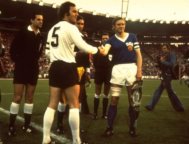 22.jun.1974 - Franz Beckenbauer, da Alemanha Ocidental, cumprimenta Bernd Bransch, capitão da Alemanha Oriental, durante o histórico duelo alemão na Copa do Mundo de 1974, em Hamburgo - Allsport UK /Allsport/Getty Images
