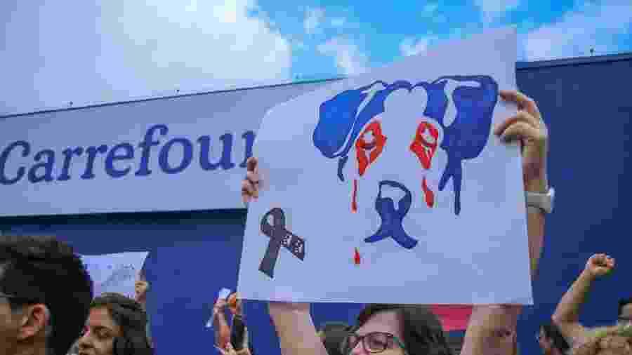 8.dez.18 - Manifestantes realizam protesto em unidade do Carrefour em Osasco (SP), após cadela ser envenenada e agredida a pauladas por um segurança da loja - GUILHERME RODRIGUES/FUTURA PRESS/FUTURA PRESS/ESTADÃO CONTEÚDO