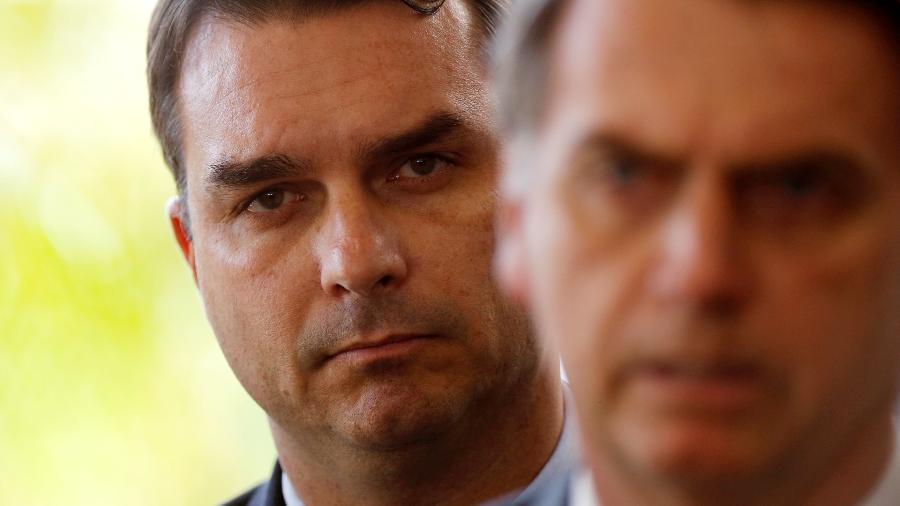 27.nov.2018 - Flávio Bolsonaro e Jair Bolsonaro em Brasília - Adriano Machado - 27.nov.2018/Reuters