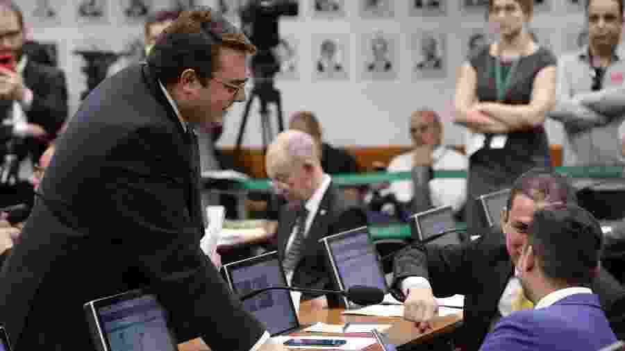 O presidente da CCJ Felipe Francischini (PSL-PR) conversa com parlamentares em reunião sobre reforma da Previdência - Bruno Peres/Liderança do PSL