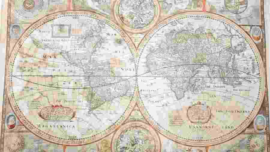 O mapa do mundo, que mostra a Califórnia como uma ilha, foi encontrado ensopado em um quadro quebrado de um bazar beneficente - Woolley and Wallis