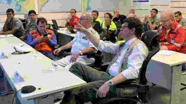 À direita, ministro do Meio Ambiente, Ricardo Salles, em reunião sobre o vazamento de óleo no Nordeste; órgão deveria liderar resposta do governo ao incidente, segundo especialistas - Divulgação - Divulgação