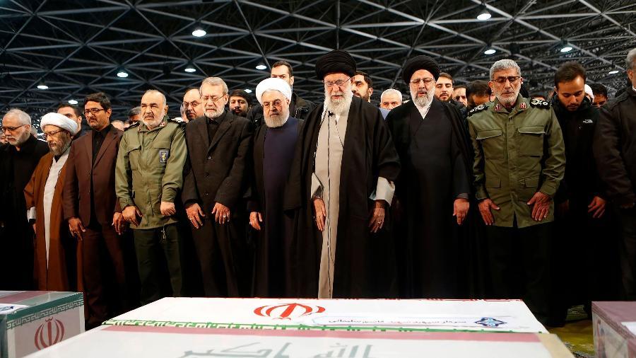 Ali Khamenei lidera oração no funeral do general iraniano Qassim Suleimani, em Teerã, ao lado de outras autoridades do governo, entre elas, o sucessor do militar no comando da Força Quds, Esmail Qaani - Presidência do Irã/AFP