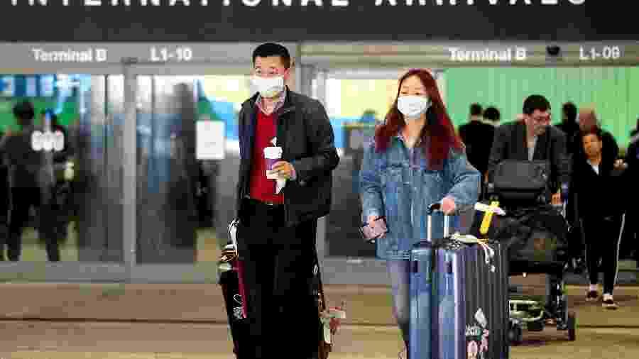 Passageiros deixam aeroporto de Los Angeles após desembarcarem de voo proveninete de Xangai - RINGO CHIU