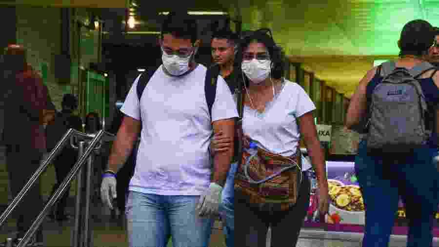 Movimentação de passageiros usando máscaras e luvas para proteção contra a covid-19 na saída da estação Butantã, do Metrô em São Paulo  - Ronaldo Silva/Futura Press/Estadão Conteúdo