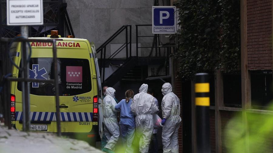 19.mar.2020 - Paciente chega de ambulância a hotel que foi transformado em centro de tratamento de casos de coronavírus em Madri, na Espanha - SUSANA VERA/REUTERS
