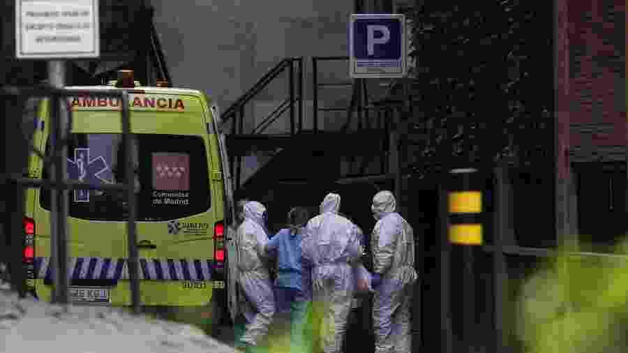Paciente chega de ambulância a hotel que foi transformado em centro de tratamento de casos de coronavírus em Madri, na Espanha - SUSANA VERA/REUTERS