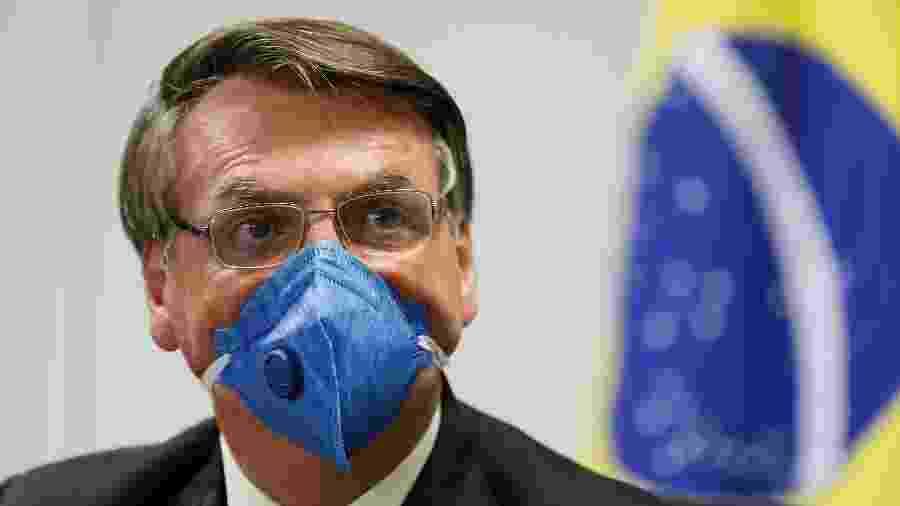 20.mar.2020 - De máscara, presidente Jair Bolsonaro (sem partido) participa de videoconferência com empresários - Isac Nóbrega/PR