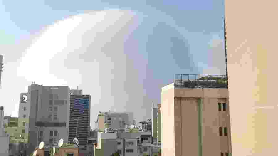 Uma onda de choque é vista durante a explosão em Beirute, Líbano, em foto obtida de um vídeo nas redes social - Karim Sokhn/Instagram/Ksokhn + Thebikekitchenbeirut/via REUTERS