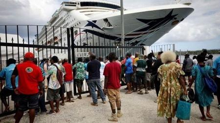 Trabalhadores locais à espera de um navio de cruzeiro em Vanuatu em 2019; turismo foi severamente afetado - Mario Tama/Getty Images