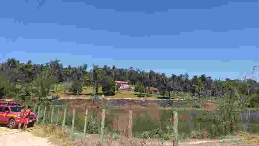 Bombeiros olham para lagoa onde jovem morreu afogado - Divulgação/Bombeiros