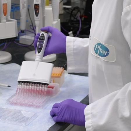 Vacina contra covid-19 em teste em laboratório da Pfizer - Divulgação