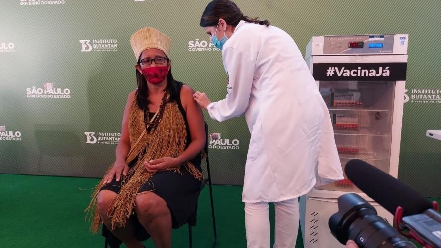 Vanuzia Costa Santos Kaimbé, 50 anos, moradora da aldeia multiética Filhos dessa Terra, em Cabuçu Guarulhos, é a primeira indígena do Brasil a se vacinar contra a covid-19 - Divulgação