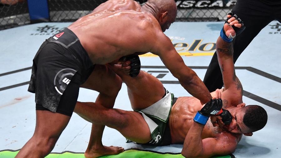 Gilbert Durinho é derrotado por Kamaru Usman no UFC 258, em Las Vegas -  Jeff Bottari/Zuffa LLC/Getty Images