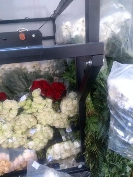 Flores e coroas de flores para vítimas de outras doenças são transportadas no mesmo veículo que leva corpos vítimas de covid-19 - Arquivo pessoal