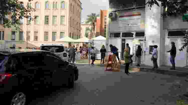 Fila de carros e pessoas na UBS Geraldo de Paula Souza - Lucas Borges Teixeira/UOL - Lucas Borges Teixeira/UOL
