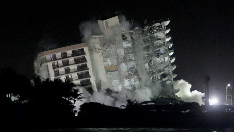 Restante do prédio desmoronado do condomínio Champlain Towers South de 12 andares tem demolição controlada em 4 de julho de 2021 em Surfside, Flórida - Joe Raedle/Getty Images