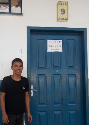 Edilson em frente a sala que leciona - Bruna Souza Cruz/UOL