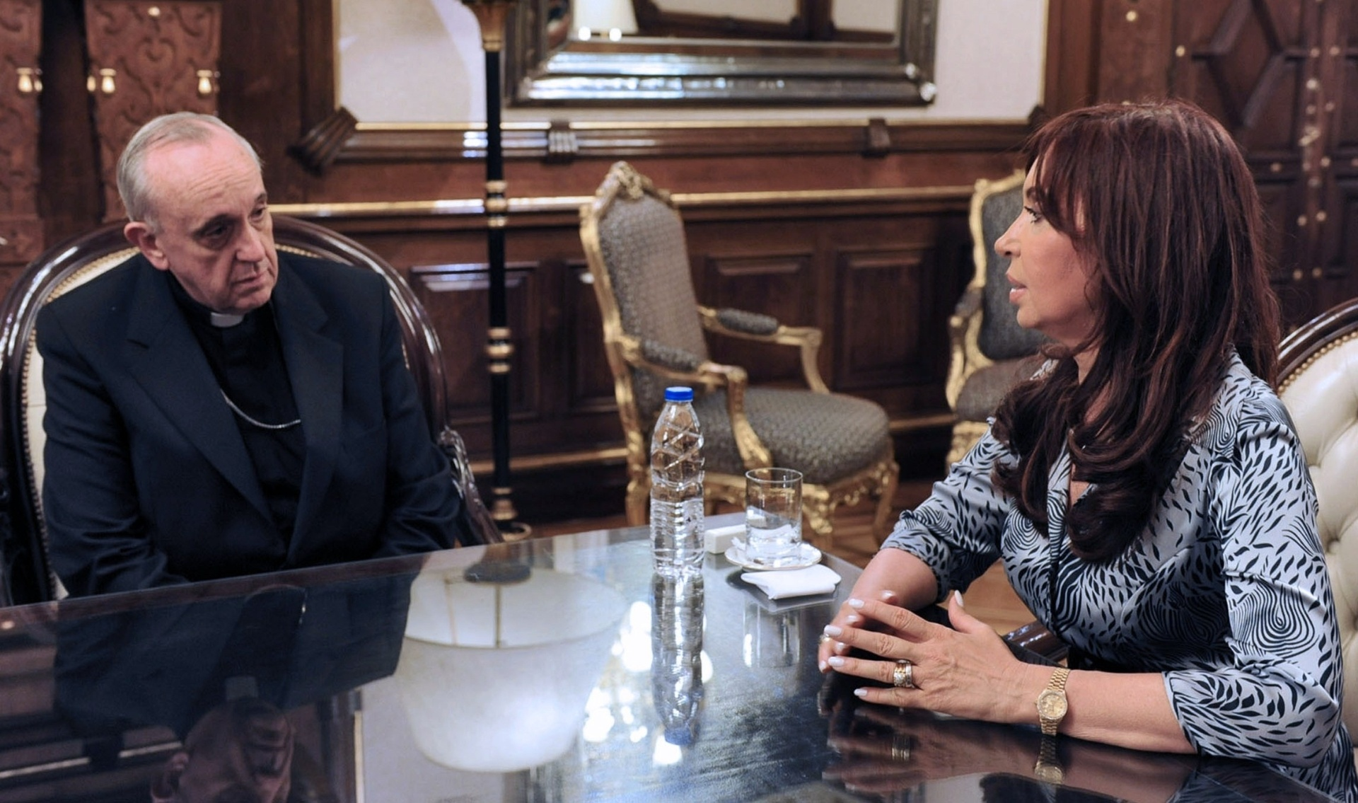 2010 - Argentina legaliza o casamento entre pessoas do mesmo sexo, acirrando os ânimos entre Cristina e o arcebispo de Buenos Aires, Jorge Mario Bergoglio, que anos depois se tornou papa