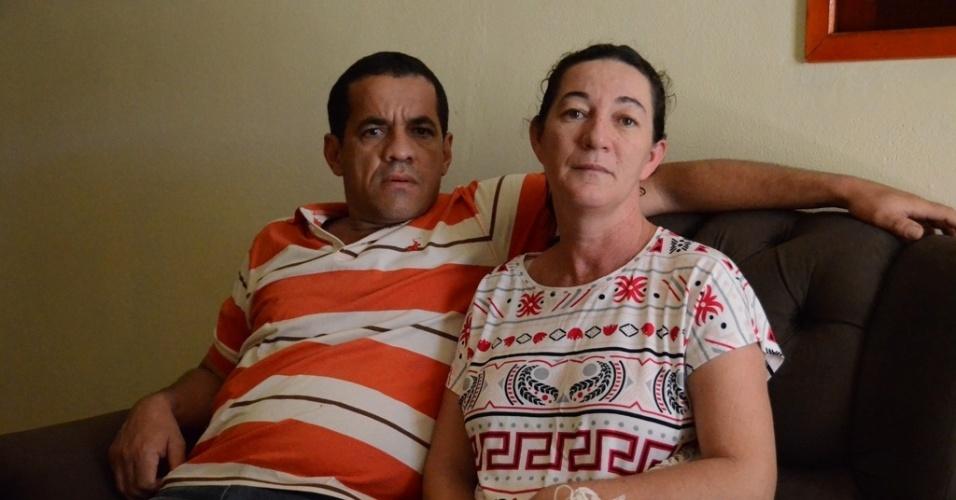 5.dez.2015 - Valderês Leal Dourado, 41, com dois meses de gestação, teve sintomas de zika na semana passada. Ela e o marido Edglei Fábio Almeida, 48, moram em Pedra, Pernambuco