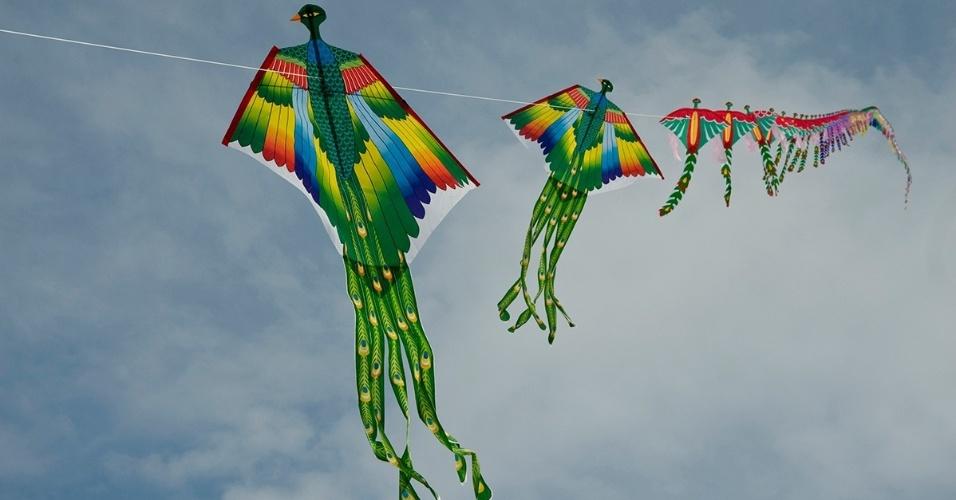 23.dez.2015 - Pipas coloridas enchem o céu do Parque Haneul, em Seul, Coreia do Sul. O local era um aterro sanitário antes de ser recuperado e transformado em um dos melhores pontos de observação da capital coreana