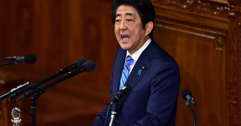"""6.jan.2016 - O primeiro-ministro do Japão, Shinzo Abe, condena o anúncio da realização de um teste nuclear pela Coreia do Norte durante discurso no Parlamento, em Tóquio. """"O teste nuclear da Coreia do Norte é uma grave ameaça para a segurança de nosso país. Não podemos tolerar isso de nenhuma maneira"""", declarou o premiê"""