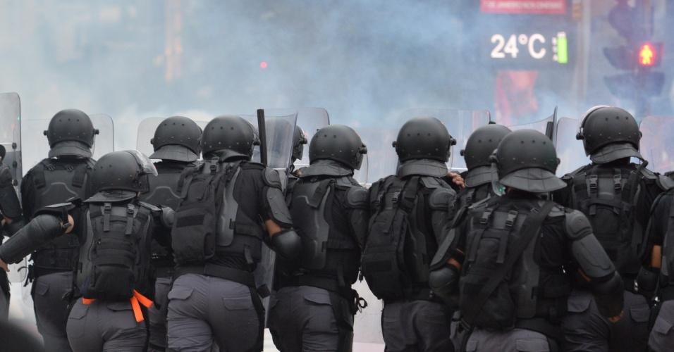 12.jan.2016 - Polícia fez cerco contra protesto antes do início da caminhada e atirou bombas. Vários manifestantes ficaram feridos