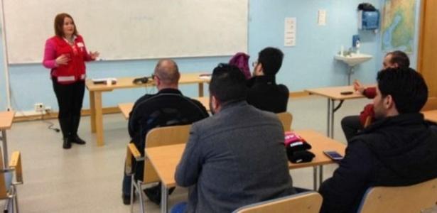Aula para refugiados de como tratar as mulheres na Finlândia