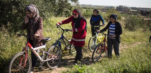 Amna Suleiman (segunda à esquerda) e outras mulheres andam de bicicleta em Beit Hanun, na faixa de Gaza