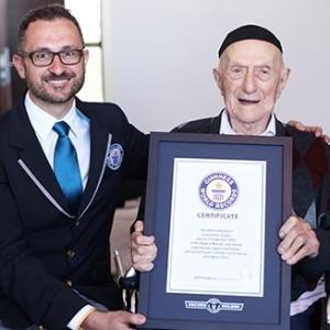 O sobrevivente do Holocausto Israel Kristal, de Haifa (Israel), foi declarado o homem mais velho do mundo, com 112 anos