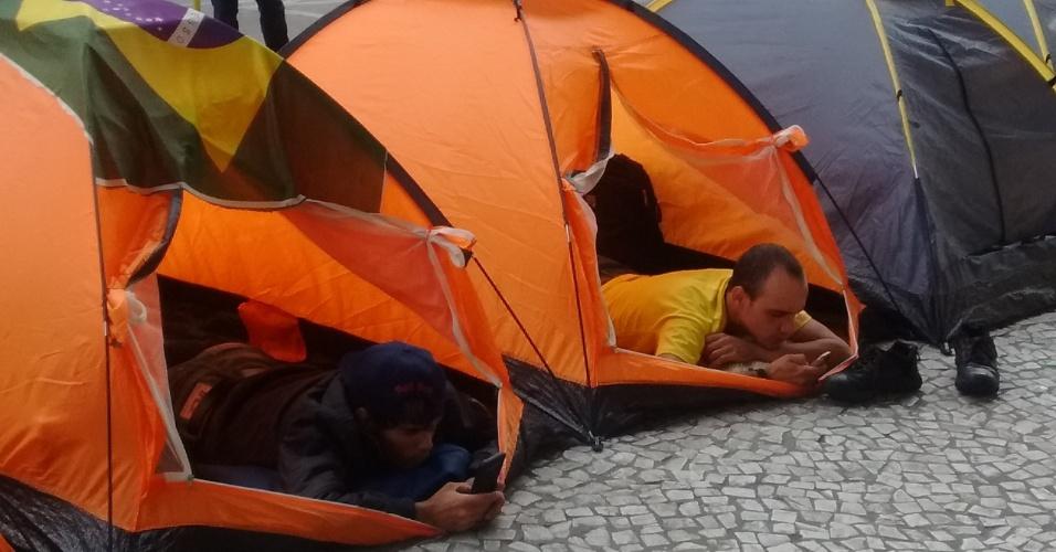 Mesmo acampados na rua, manifestantes permanecem ativos nas redes sociais