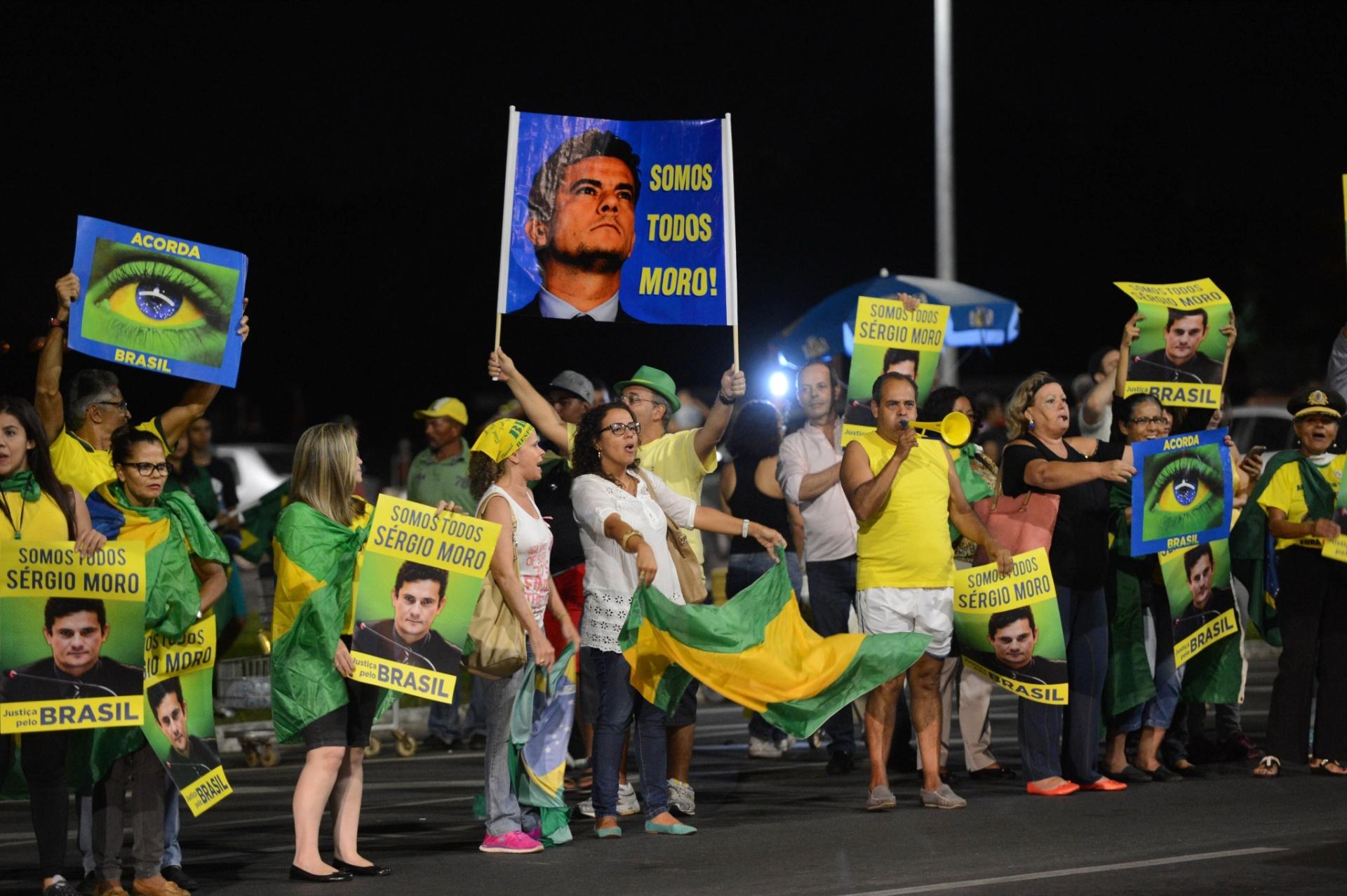 25.mar.2016 - Manifestantes se reúnem atrás do Congresso, próximo ao Supremo Tribunal Federal, em Brasília, para protestar contra o governo da presidente Dilma Rousseff e agradecendo o juiz Sérgio Moro pelo andamento da Operação Lava Jato