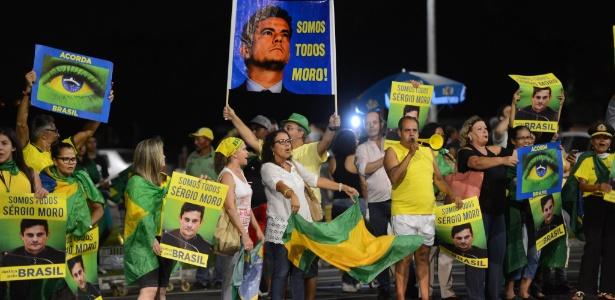 25.mar.2016 - Manifestantes se reúnem atrás do Congresso, em Brasília, para protestar contra Dilma Rousseff e apoiar a Operação Lava Jato