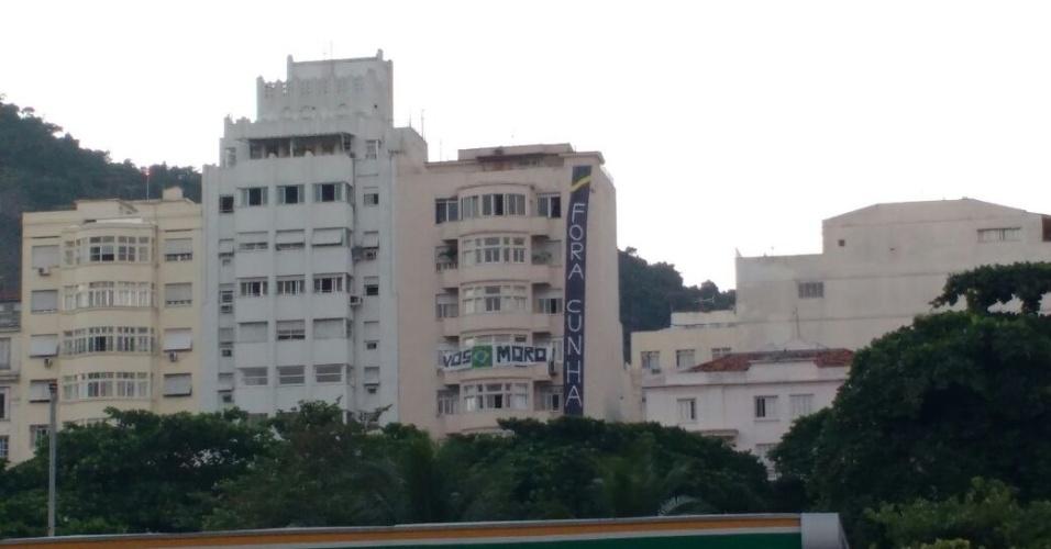 """16.abr.2016 - Faixa em prédio na praia de Copacabana, na zona sul do Rio de Janeiro, com a frase """"Fora Cunha"""""""