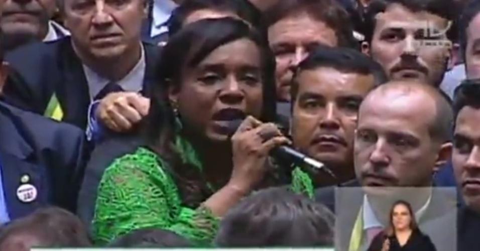 17.abr.2016 - Nova titular do Conselho de Ética da Câmara que julga a cassação de Eduardo Cunha (PMDB-RJ), a deputada Tia Eron (PRB-BA) foi ovacionada por deputados enquanto dava seu voto a favor do impeachment da presidente Dilma (PT). A nova titular substitui um deputado contrário a Cunha no conselho, em uma suposta manobra do parlamentar, e já elogiou o atual presidente da Câmara
