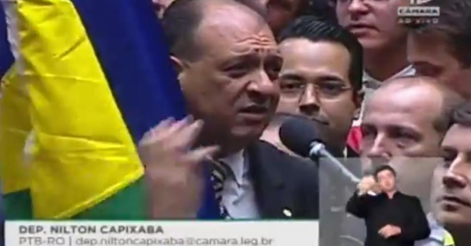 """17.abr.2016 - O deputado Nilton Capixaba (PTB-RO) declarou voto """"sim"""" ao impeachment e ergueu bandeira de seu Estado"""