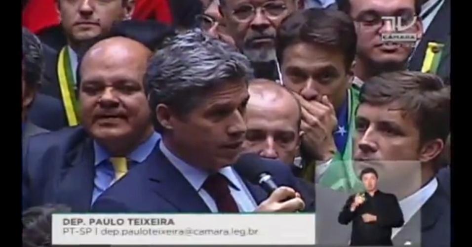 17.abr.2016 - O deputado Paulo Teixeira (PT-SP) votou contra o impeachment da presidente Dilma Rousseff