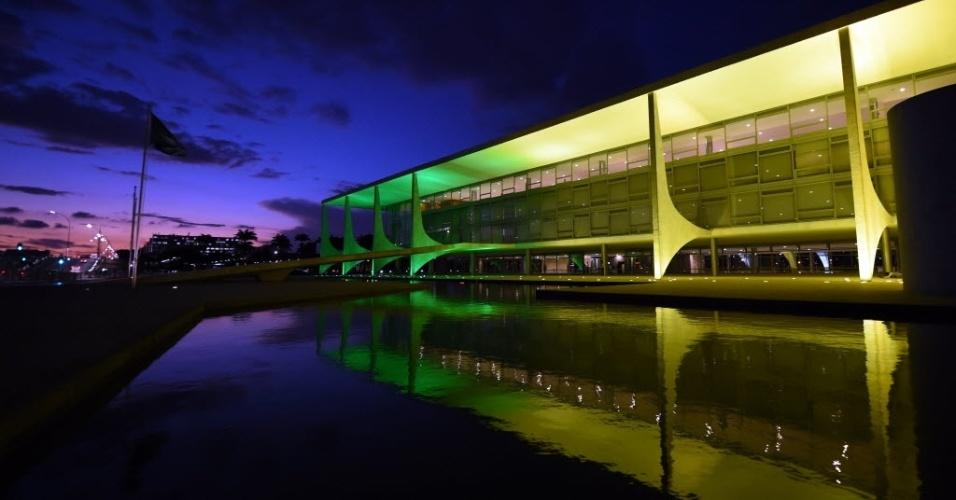 27.abr.2016 - O Palácio do Planalto, em Brasília, fica iluminado de verde e amarelo para comemorar que só faltam 100 dias até o início dos Jogos Olímpicos no Rio de Janeiro