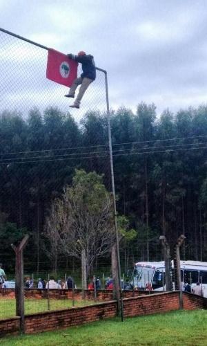 """9.mai.2016 - O Movimento dos Trabalhadores Rurais Sem Terra (MST) ocupou uma fazenda no município de Duartina (367 km de São Paulo), cuja propriedade seria ligada ao vice-presidente Michel Temer (PMDB). Em nota, o MST afirma que o objetivo é denunciar """"conspirações golpistas"""" do vice, que pode assumir a Presidência caso Dilma Rousseff seja afastada pelo Senado na quarta (11). A assessoria do vice-presidente, entretanto, afirma que a propriedade é de """"terceiros"""""""