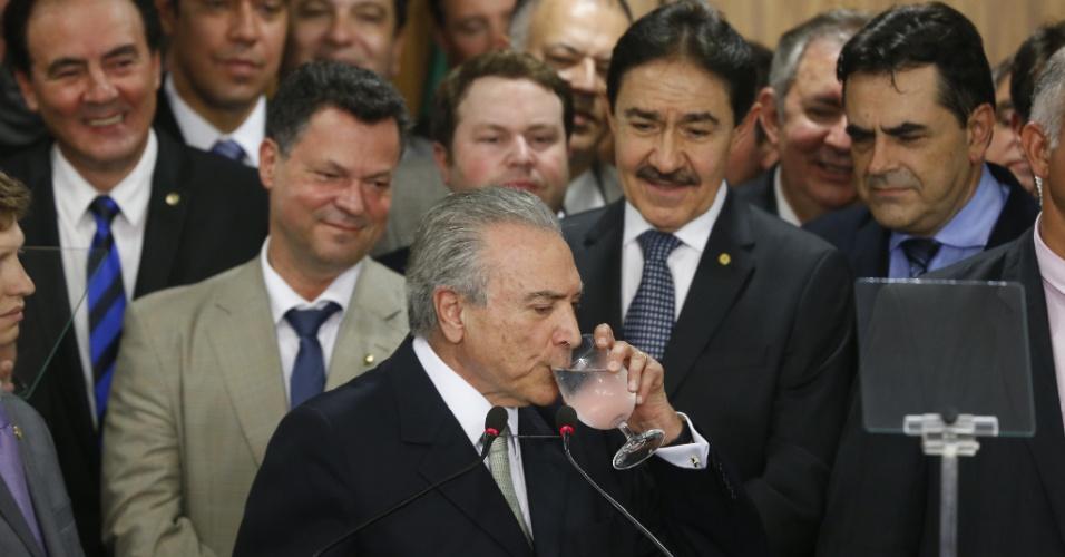 12.mai.2016 - O primeiro discurso de Michel Temer (PMDB) como presidente interino após o afastamento de Dilma Rousseff (PT) foi marcado por problemas em sua fala. Temer se engasgou por várias vezes e chegou a ficar sem voz em determinado momento, tendo que recorrer a água e balinhas enquanto apoiadores disfarçavam o momento aplaudindo