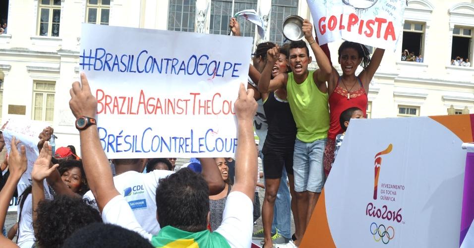 24.mai.2016 - Tocha dos Jogos Olímpicos Rio-2016 passa por Salvador sob protestos contra o governo interino de Michel Temer