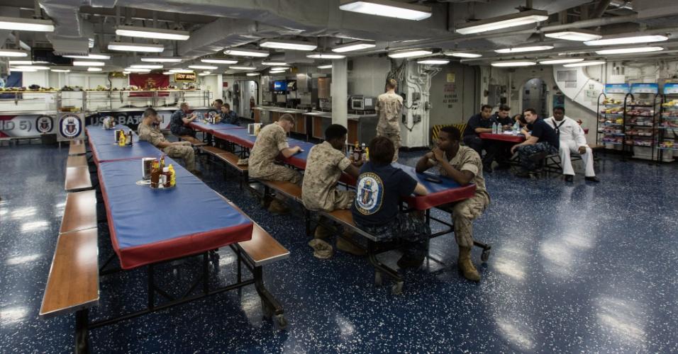 27.mai.2016 - Soldados descansam no refeitório do USS Bataan (LHD-5), atracado em Nova York, EUA. Homens e mulheres do serviço das forças armadas dos EUA visitam a cidade de Nova York como parte das comemorações do Memorial Day, feriado norte-americano que homenageia os americanos mortos em combate