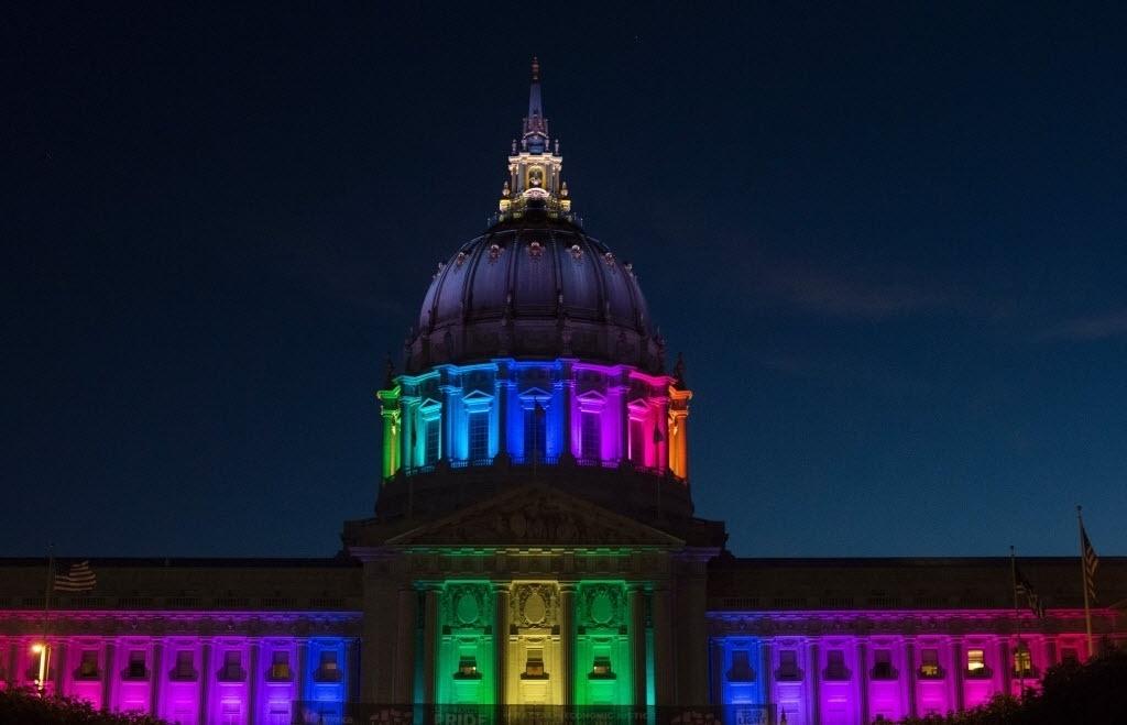 27.jun.2016 - City Hall, centro administrativo da cidade de San Francisco (EUA), é iluminado durante a Parada do Orgulho Gay. Várias cidades do mundo celebraram o evento como parte das comemorações do Dia Internacional do Orgulho Gay celebrado em 28 de junho