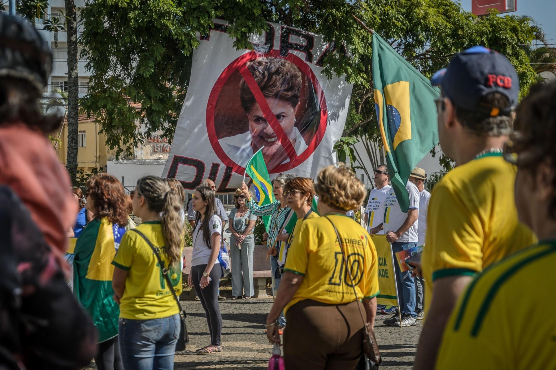 31.jul.2016 - Manifestantes protestam contra a corrupção e a favor do impeachment da presidente afastada, Dilma Rousseff, no centro de Franca, interior de São Paulo