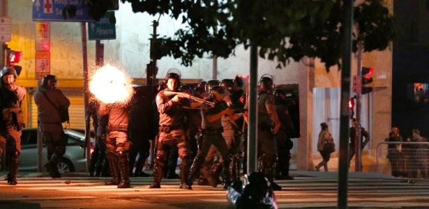 PM atira bombas para dispersar protesto pró-Dilma em São Paulo - Fabio Braga/Folhapress