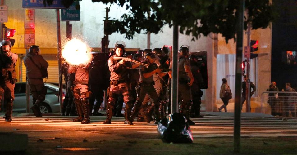 31.ago.2016 - Polícia atira bombas de gás na rua da Consolação, no centro de São Paulo, durante protesto contra o impeachment da ex-presidente Dilma Rousseff