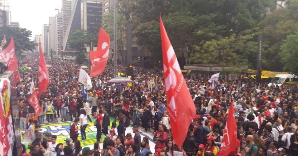 """4.set.2016 - Avenida Paulista, em São Paulo, é tomada por manifestantes contrários ao atual presidente Michel Temer (PMDB), Os organizadores calculam que 50 mil pessoas participam do ato convocado por centrais sindicais e movimentos sociais. Nos últimos dias, Temer minimizou o protesto e disse que eram de feitos de """"40 pessoas"""" que quebravam carros. A intenção é que o ato siga até o Largo da Batata, na zona oeste da cidade"""