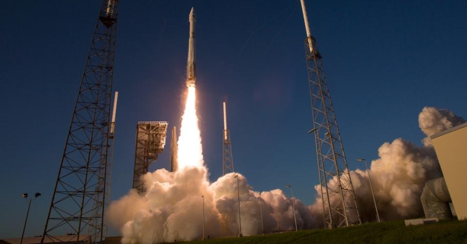 VISITANDO O INIMIGO - Foguete da Nasa levando a sonda OSIRIS-REx é lançado no Cabo Canaveral, na Flórida, nesta quinta (8). A missão visitará o asteroide chamado Bennu -- nome dado por um garoto de nove anos de idade da Carolina do Norte (EUA). O corpo celeste é antigo e pode guardar parte dos segredos da formação da Terra. Bennu também chama a atenção pelo risco que trás ao nosso planeta. Ele passa pela Terra a cada seis anos, tão perto que os cientistas atribuem a ele uma chance de uma em 2.700 de nos atingir nos próximos dois séculos