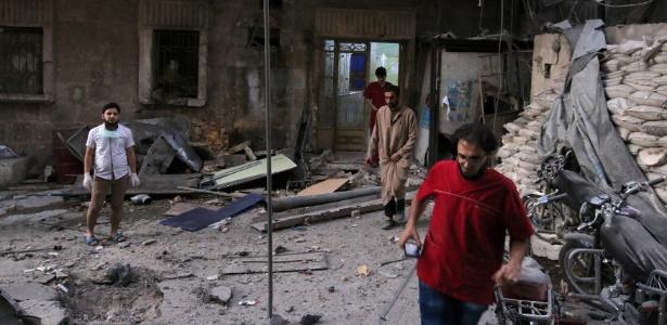 Funcionários inspecionam hospital que foi atingido por ataque aéreo, em Aleppo